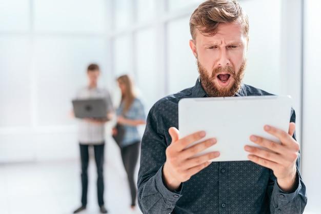 Emotionele zakenman sms lezen op zijn tablet