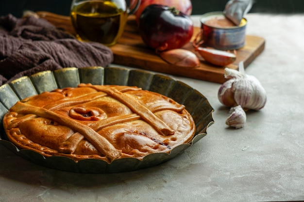 Empanada de atun gallega - cake of taart spaans, is een soort gebakken of gefrituurde omzet bestaande uit gebak en vulling, gebruikelijk in latijns-amerika en spanje, galicië