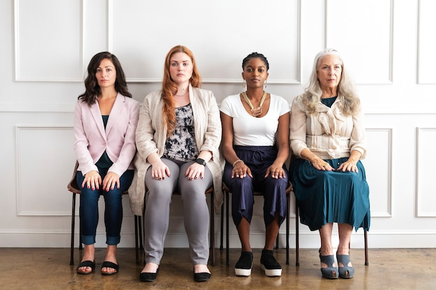 Empowerment van prachtige zakenvrouwen die samen zitten