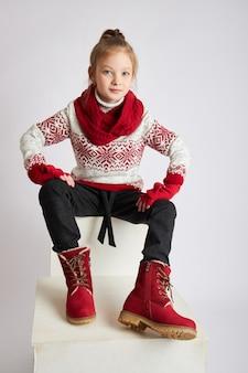 En meisje dat, mode en kleren glimlacht stelt.