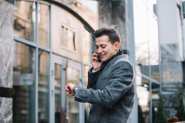 En zakenman die glimlacht roept