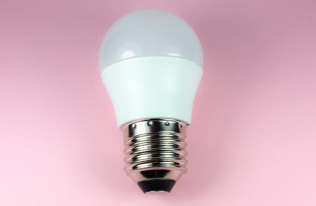 Energie besparende moderne led-lamp op een roze achtergrond