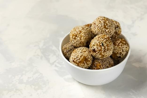 Energie gezonde ballen. biologische beten met gedroogde abrikozen, dadels, cashewnoten, citroen en munt - veganistische rauwe snack of maaltijd