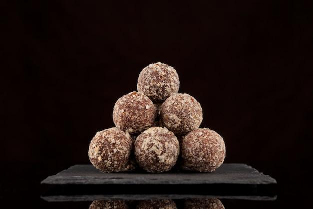 Energieballen gestapeld in de vorm van een piramide lekkere snoepjes suikervrij