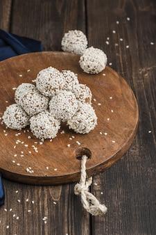 Energieballen van notenhaver en dadels met sesamzaad