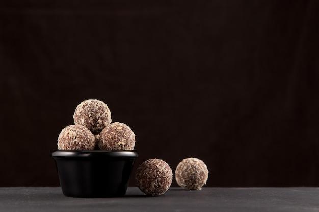 Energieballetjes gemaakt van dadels, abrikozen, amandelen, pijnboompitten, pruimen en honing