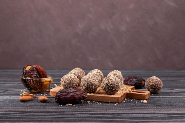 Energieballetjes snoep huisgemaakt gemaakt van dadels, abrikozen, amandelen, pijnboompitten en pruimen met honing