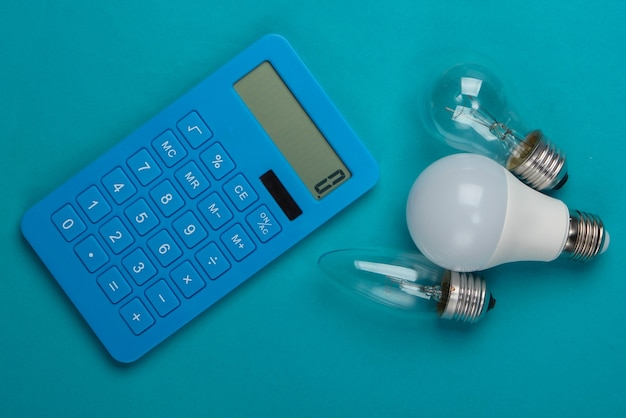 Energiebesparend. rekenmachine met gloeilampen op blauw.