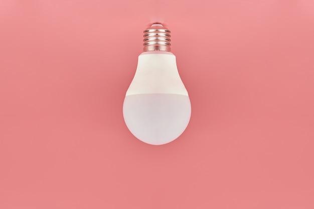 Energiebesparende lamp, kopie ruimte. minimaal idee concept.