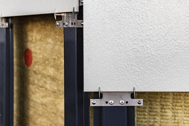 Energiebesparende techniek: muurisolatie met steenwolplaten. bouwwerkzaamheden aan isolatie van gebouwen.