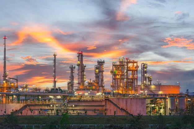 Energiecentrale voor industrieel bij schemering