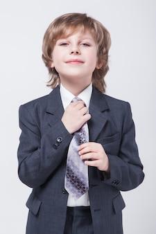 Energieke jonge succesvolle zakenman in een klassiek pak recht