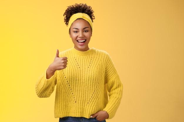 Energieke uitgaande, knappe vrouwelijke kantoorassistent die klaar staat om een leuk gebaar met een duim omhoog te laten zien, bekijk geweldig resultaat geweldig werk gedaan goedkeuringsbord glimlachend accepteren van aanbevelingsservice.