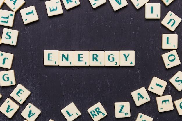 Energiewoord van scrabble spelbrieven die wordt gemaakt