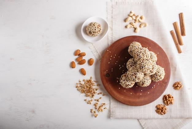 Energy balls cakes met amandelen sesam cashewnoten walnoten data en gekiemde tarwe kopie ruimte
