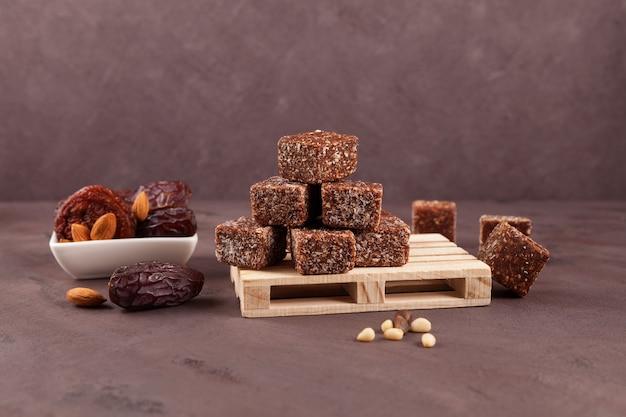 Energy bites gemaakt van gedroogde dadels, pruimen of abrikozen met honing en noten
