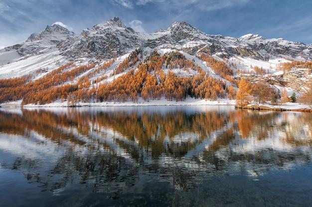 Engadinedal in zwitserland. herfst reflectie in het meer