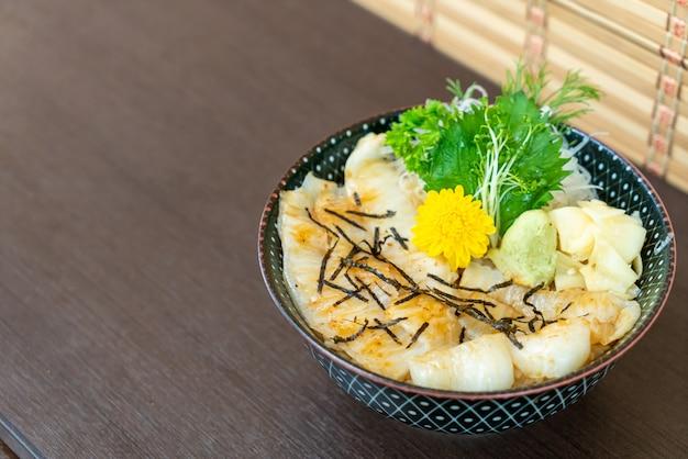 Engawa op rijstkom (donburi)