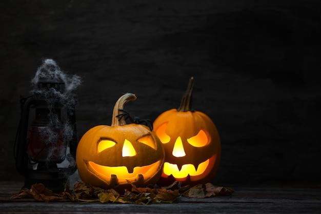 Enge halloween-pompoen in een griezelige nacht.
