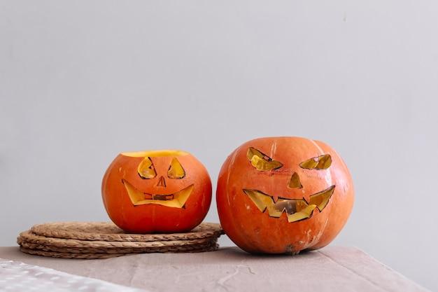 Enge halloween pompoenen met ogen op de tafel thuis
