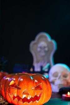 Enge halloween pumpking verlicht zittend op een houten tafel. halloween-kaarsen. halloween-decoratie.