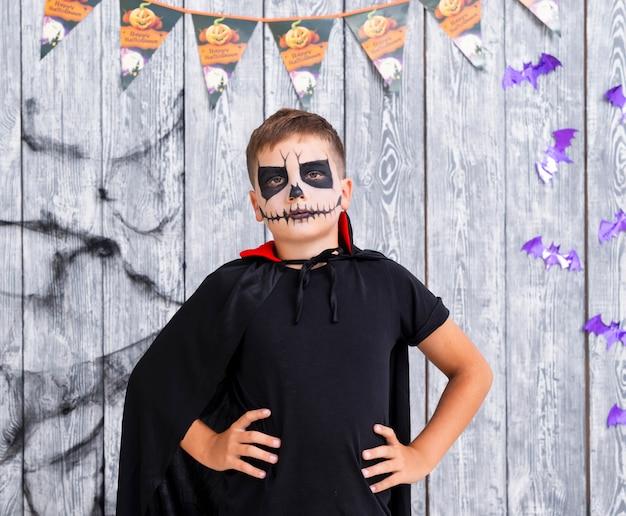 Enge jonge jongen in halloween-kostuum