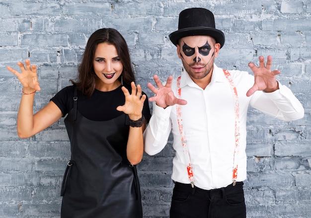 Enge man en vrouw poseren voor halloween