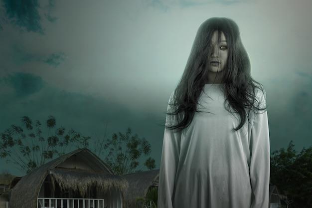 Enge spookvrouw die zich met nachtscène bevindt