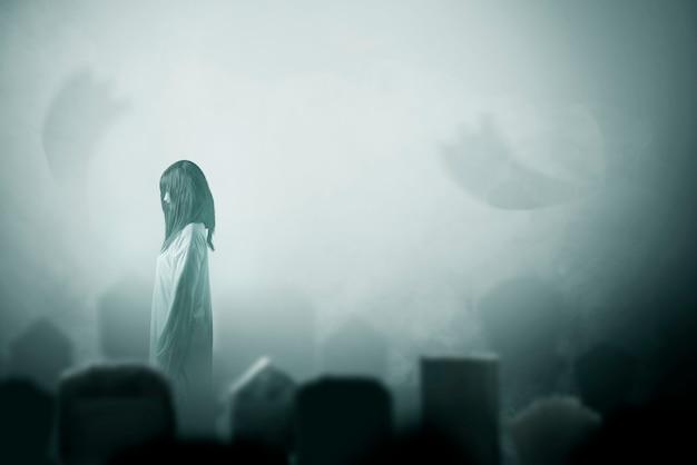Enge spookvrouw die zich op het kerkhof bevindt. halloween-concept