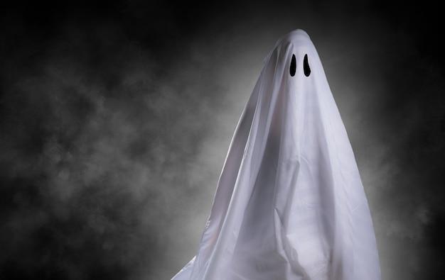 Enge witte geest bij groot oog voor halloween-concept met uitknippad