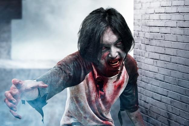 Enge zombie met bloed en wond aan zijn lichaam die in het verlaten gebouw loopt