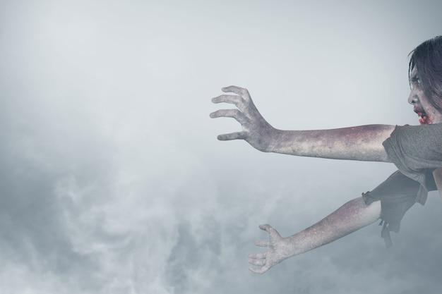 Enge zombie met bloed en wond op zijn lichaam dat zich in de mist bevindt