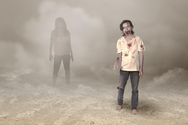 Enge zombie met bloed en wond op zijn lichaam die in de mist loopt