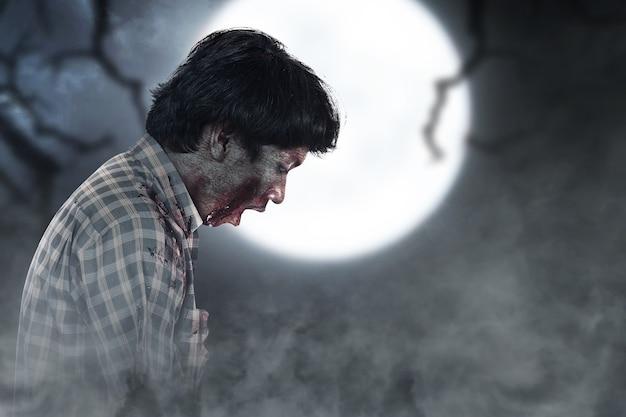 Enge zombie met bloed en wond op zijn lichaam met een achtergrond van een nachtscène