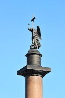 Engel met een kruis op de alexander-kolom op paleisvierkant in st. petersburg, rusland