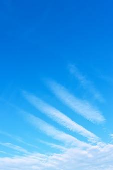 Engelenvleugel - blauwe lucht met mystieke mooie wolken. ruimte voor tekst bovenaan
