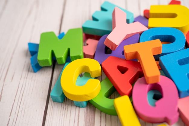 Engels alfabet kleurrijk houten voor het leren van de onderwijsschool.