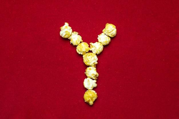 Engels alfabet van bioscooppopcorn. letter y. rode achtergrond voor ontwerp