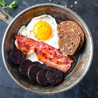 Engels ontbijt gebakken ei bloedworst bloedworst granen brood bonen roerei op tafel
