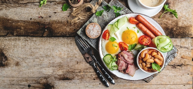 Engels ontbijt. gebakken ei, bonen, tomaten, spek en koffie.