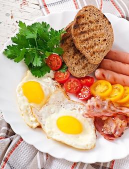 Engels ontbijt - gebakken eieren, spek, worstjes en geroosterd roggebrood