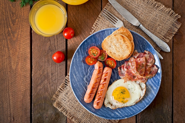 Engels ontbijt met toast, eieren, spek en groenten in een rustieke stijl op houten tafel