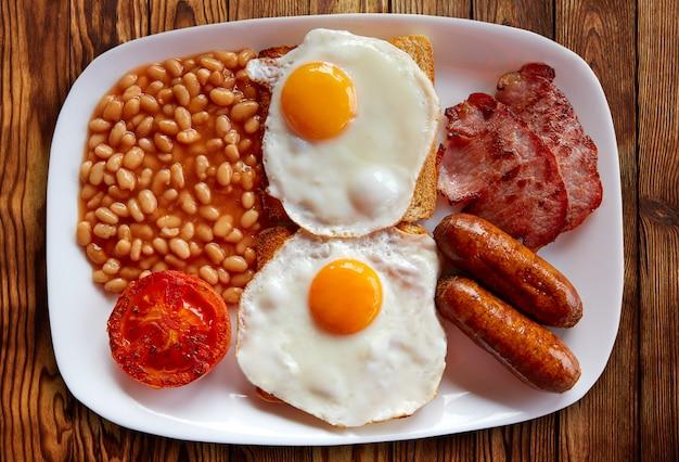 Engels ontbijt met twee eieren worst bonen