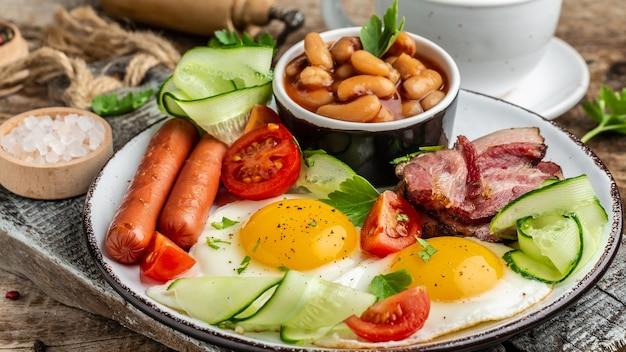 Engels ontbijt met worst, eieren en bonen, heerlijk ontbijt of tussendoortje, voedingsreceptentabel. detailopname.