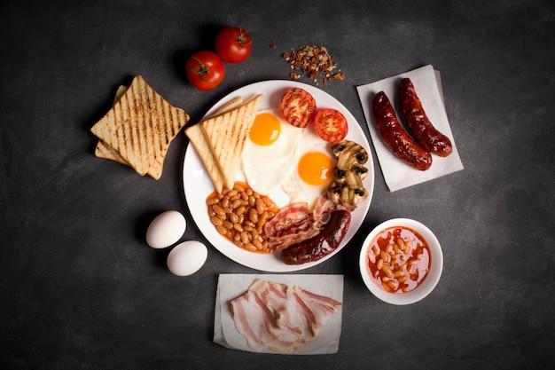 Engels ontbijt op een zwart bord