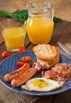 Engels ontbijt - toast, ei, spek en groenten in een rustieke stijl op houten tafel