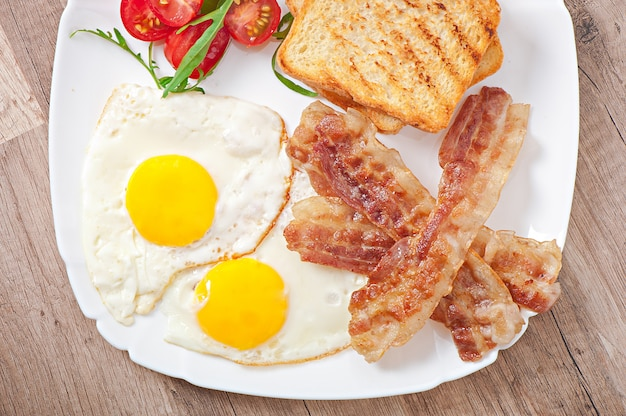 Engels ontbijt - toast, eieren, spek en groenten