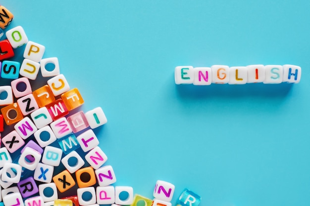 Engels woord met brievenparels op blauwe achtergrond
