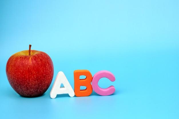 Engelse abc-alfabetletters naast de rode appel