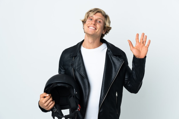 Engelse man met een motorhelm die met hand met gelukkige uitdrukking groet